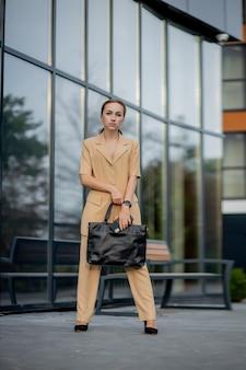 Ritratto di carino donna d'affari professionale eventualmente ragioniere architetto imprenditrice avvocato avvocato.