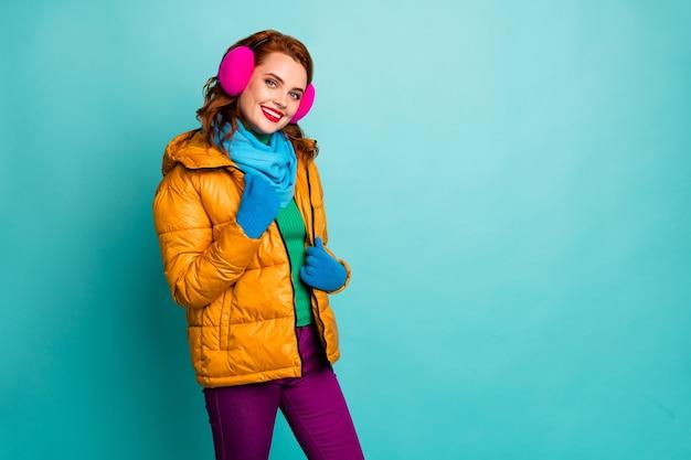 Ritratto di donna carina contenuto godere di abbigliamento caldo riposo rilassarsi toccare il suo cappotto esterno bell'aspetto indossare abbigliamento casual tempo ponticello.