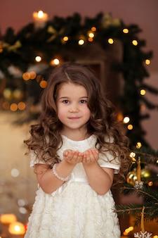 Ritratto di una ragazza carina con bei capelli nel nuovo anno