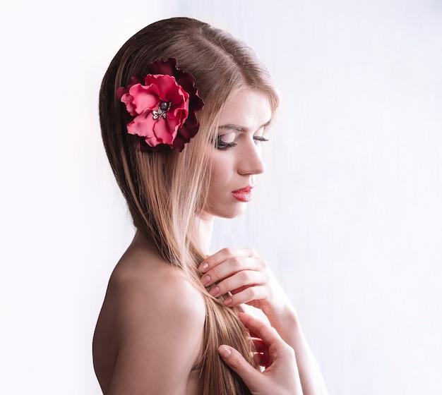 Ritratto di ragazza carina con i capelli lunghi