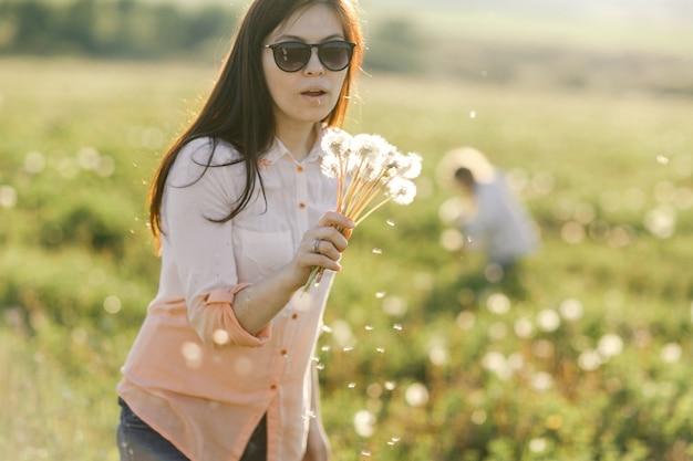 Ritratto di una ragazza carina nella soleggiata giornata estiva a sfondo verde della natura