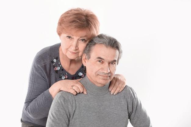 Ritratto di una vecchia coppia carina.isolato su sfondo bianco