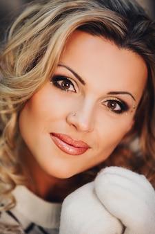Ritratto di una donna carina in un maglione leggero di capodanno