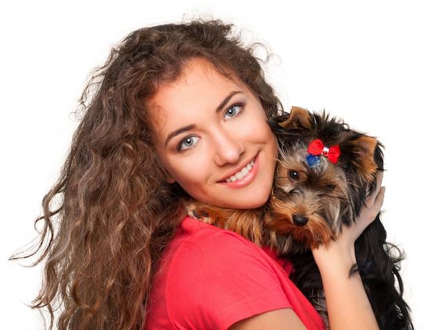 Ritratto di una ragazza carina con cane, isolato su sfondo