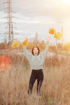 Ritratto di giovane donna carina di aspetto slavo in abbigliamento casual in autunno, in campagna sullo sfondo di un parco autunnale. bella donna che cammina nella foresta in autunno dorato. copia spazio