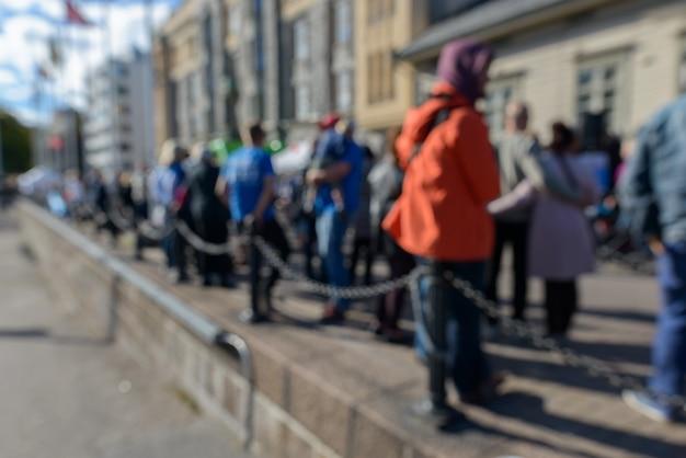 Ritratto di folla sfocati di persone a turku in finlandia