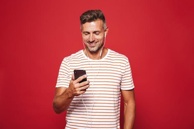Ritratto di un uomo felice in piedi sul rosso