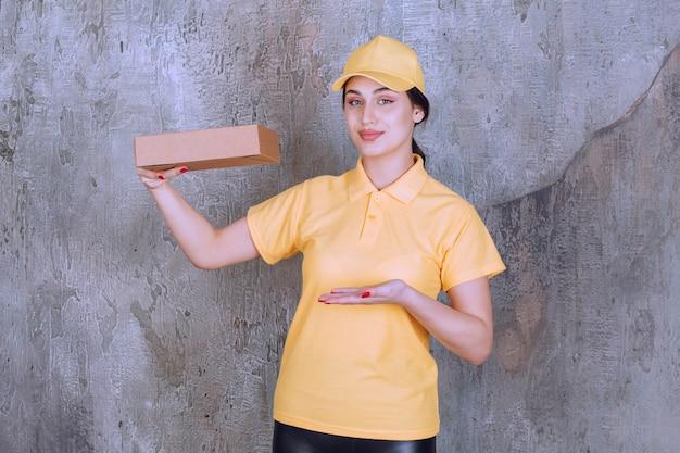 Ritratto di donna addetta alle consegne che tiene in mano una scatola di cartone