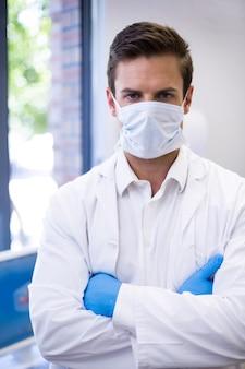 Ritratto di dentista in piedi con le braccia incrociate