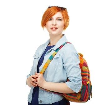 Ritratto di diligente studentessa universitaria o college con zaino colorato isolato su bianco