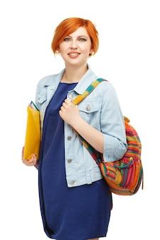 Ritratto di studentessa diligente con cartelle e zaino università o college con zaino colorato isolato su bianco