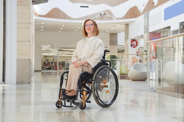 Ritratto di una donna disabile su sedia a rotelle