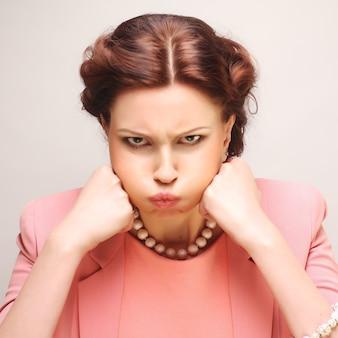 Ritratto di giovane donna insoddisfatta