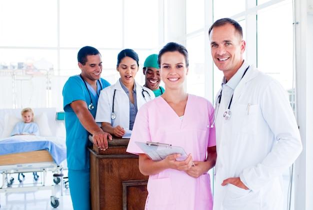 Ritratto di un'équipe medica diversificata al lavoro
