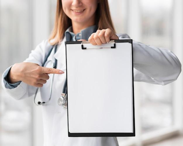 Ritratto del medico che tiene appunti