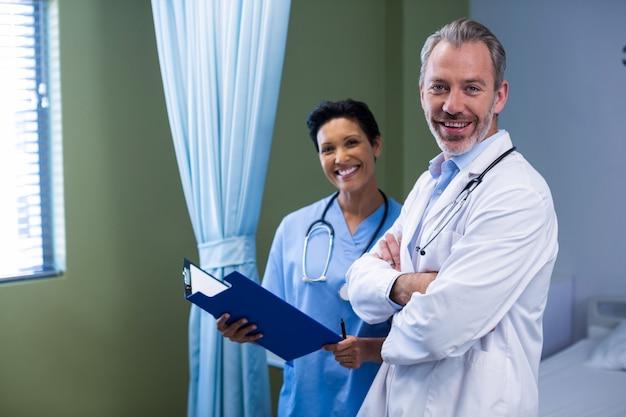 Ritratto di medico e dell'infermiere che stanno nel reparto