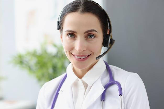 Ritratto di operatore medico in cuffia per lavoro a distanza