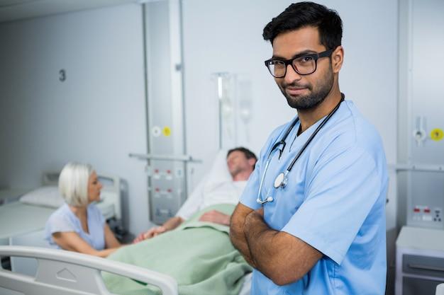 Ritratto di medico in piedi con le braccia incrociate