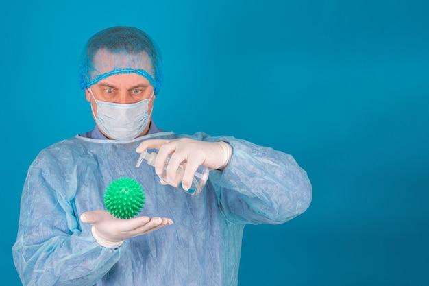 Ritratto di un medico o di un chirurgo con una maschera protettiva e guanti