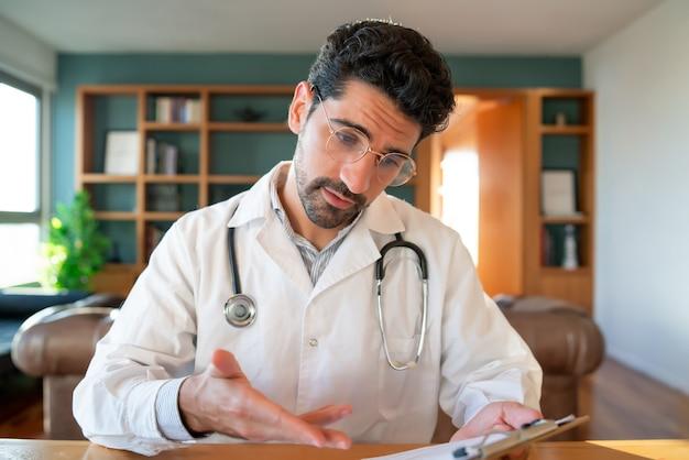 Ritratto di un medico in videochiamata per un appuntamento virtuale con un paziente. concetto di assistenza sanitaria e medicina.