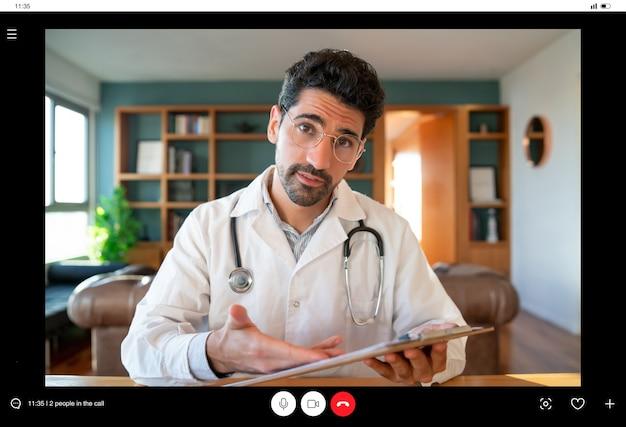 Ritratto di un medico in videochiamata per un appuntamento virtuale con un paziente. nuovo stile di vita normale. assistenza sanitaria e concetto di medicina.