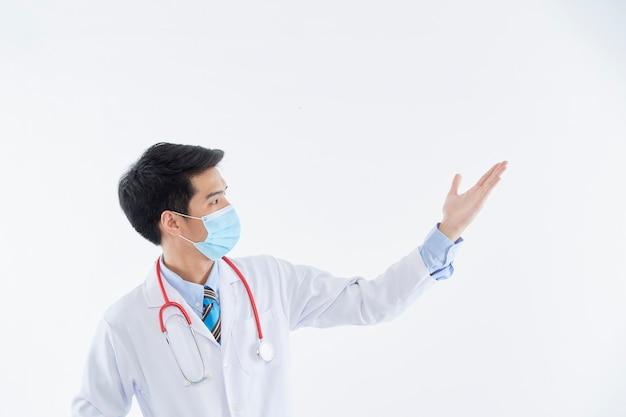 Ritratto di un medico che indossa una maschera protettiva e guanti corona virus concept