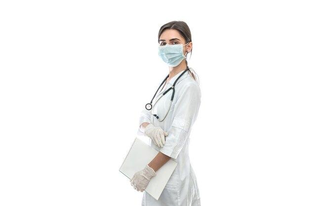 Ritratto di un medico con documenti isolati su bianco