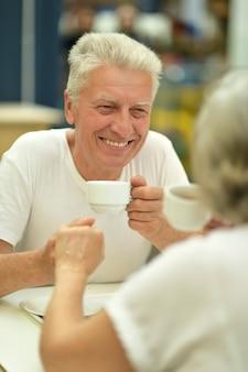 Ritratto di una coppia di anziani alla data di bere caffè
