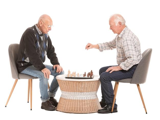 Ritratto di uomini anziani che giocano a scacchi
