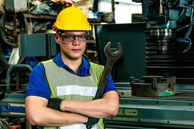 Ritratto di un ingegnere in posa in fabbrica