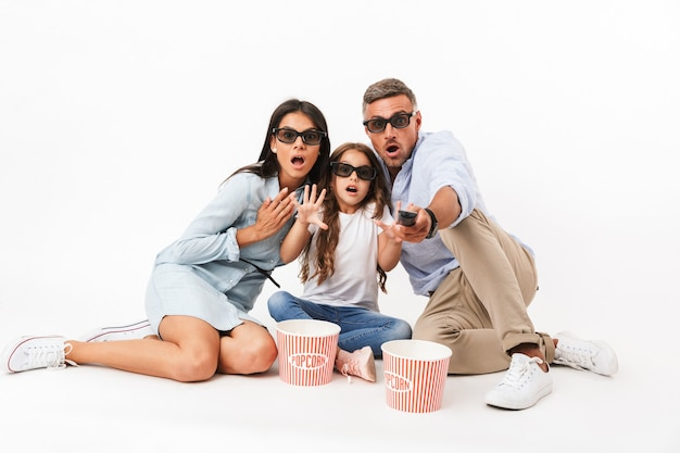 Ritratto di una famiglia entusiasta che guarda un film