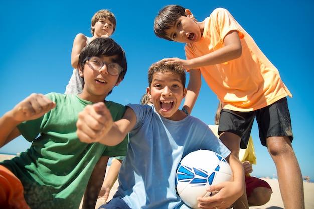 Ritratto di giocatori di calcio preadolescenti eccitati