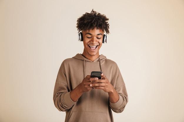 Ritratto di un giovane afroamericano eccitato