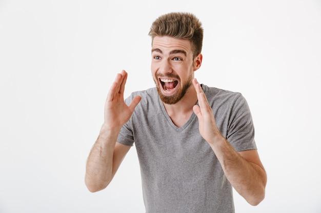 Ritratto di un giovane barbuto eccitato che grida ad alta voce