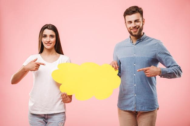 Ritratto di una giovane coppia eccitata che punta il dito