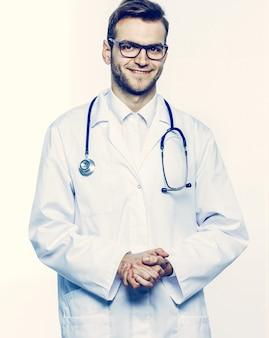 Ritratto - un medico di famiglia con stetoscopio su sfondo bianco