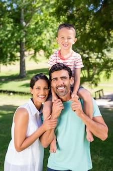 Ritratto della famiglia che gode insieme del tempo nel parco