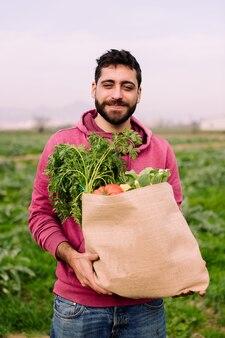 Ritratto di un contadino con un sacco pieno di verdure