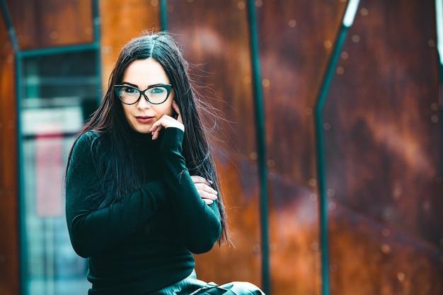Ritratto di donna modello moda indossando occhiali da vista