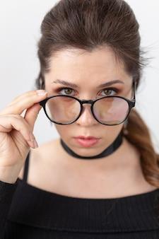 Ritratto, moda, stile e concetto di persone - donna in bicchieri e girocollo su sfondo bianco