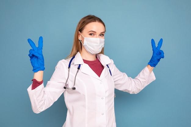 Ritratto di una dottoressa su sfondo blu