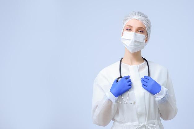 Ritratto di una donna medico o infermiere che indossa berretto medico e maschera per il viso