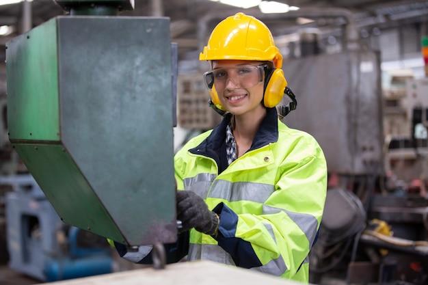 Ritratto di ingegnere femminile macchina operatrice in fabbrica