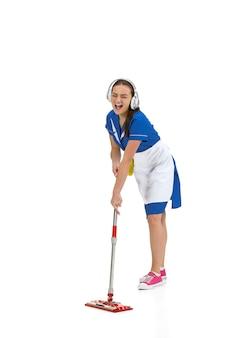 Ritratto di donna fatta, cameriera, addetta alle pulizie in uniforme bianca e blu isolata su bianco