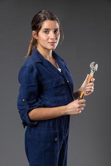 Ritratto femminile meccanico con strumenti Foto Premium