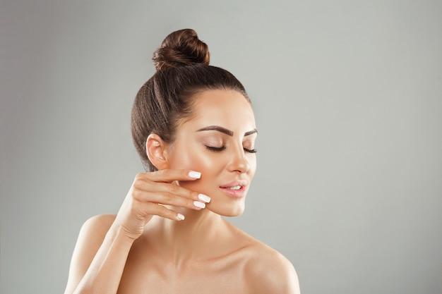 Ritratto di pelle pulita perfetta femminile