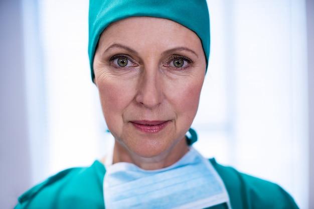 Ritratto del chirurgo femminile che sta teatro in funzione