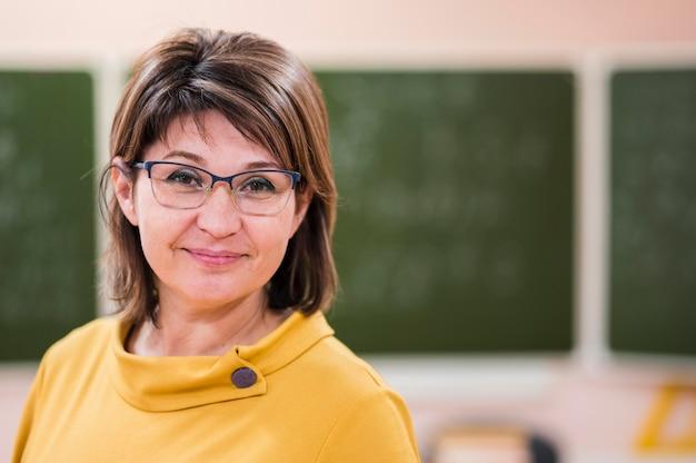 Insegnante femminile del ritratto in classe
