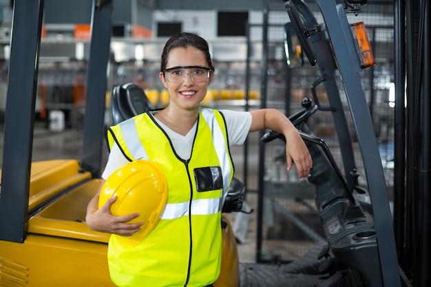 Ritratto della lavoratrice che sta nella fabbrica