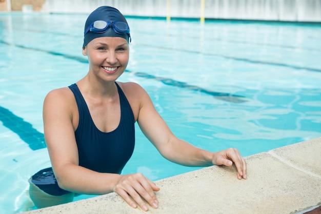 Ritratto di donna adatta in piedi in piscina